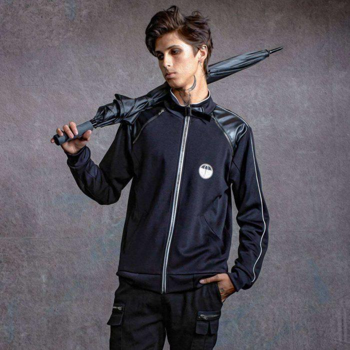 Chico llevando una sudadera negra con un pequeño estampado de sombrilla en color blanco inspirado en la serie The Umbrella Academy
