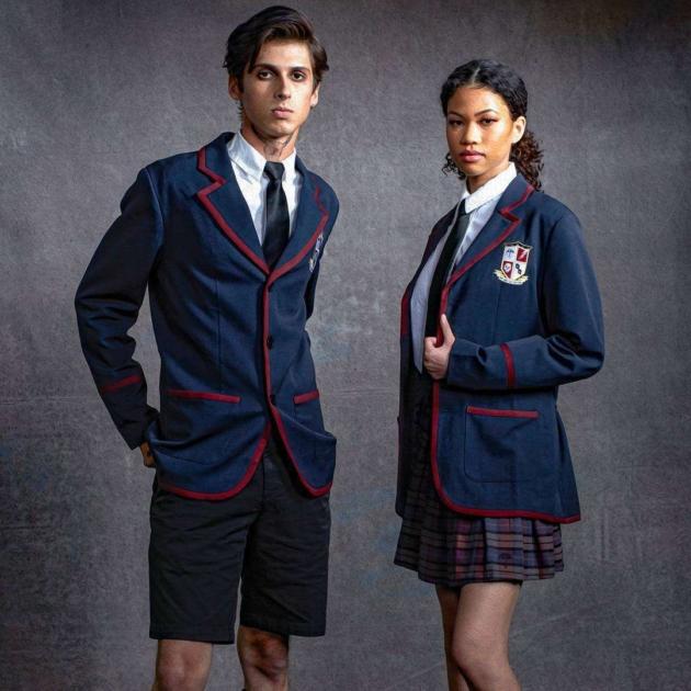 Chicos llevando uniformes en azul marino inspirados en la serie The Umbrella Academy