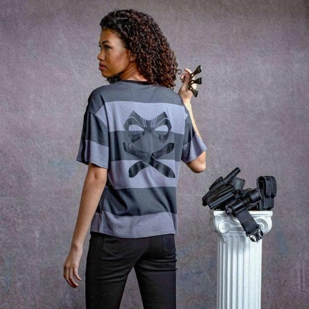 Chica llevando una camisa a rayas inspirada en Diego de la serie The Umbrella Academy
