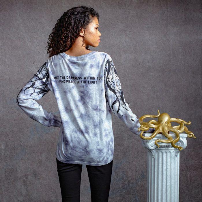 Chica llevando una sudadera en tonos gris inspirada en Ben de la serie The Umbrella Academy