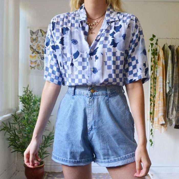 Ideas to combine shorts with a blue shirt with white and square figures