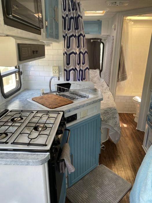 Cocina montada dentro de una van azul