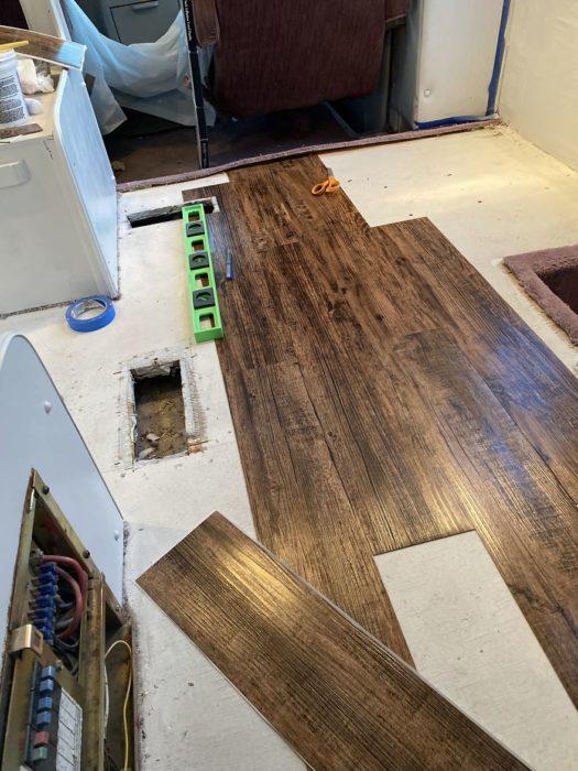 instalando piso de madera dentro de una camioneta