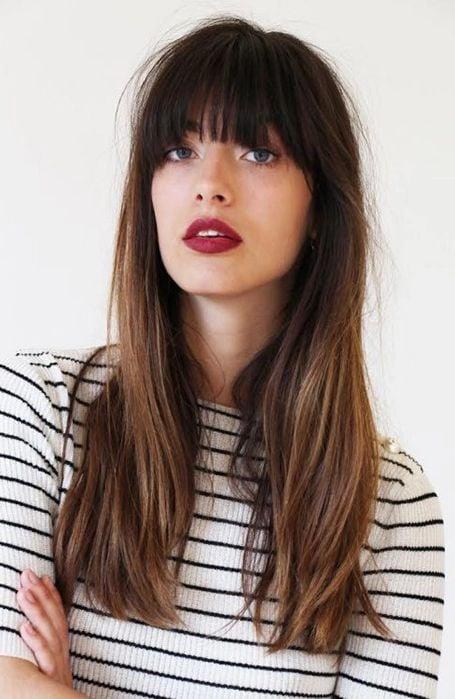 Chica con cabello largo y fleco corto con labial rojo