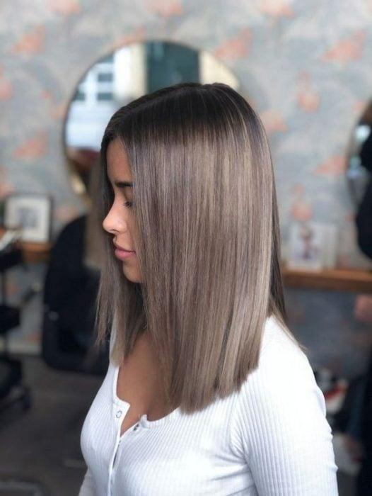 Chica con corte de cabello bob lacio