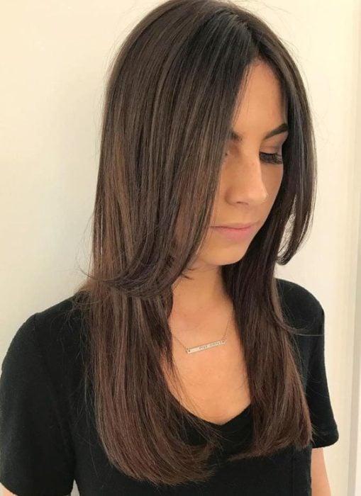 Mujer con corte de cabello en una capa corta y lo demás largo