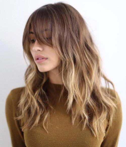 Mujer rubia con corte de cabello medio en capas