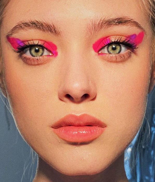 Woman with green eyes, natural makeup, Mexican pink eyeshadow that look like brush strokes, baby pink lips