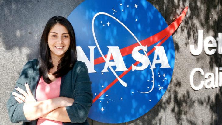 Diana Trujillo posando afuera de las instalaciones de la NASA
