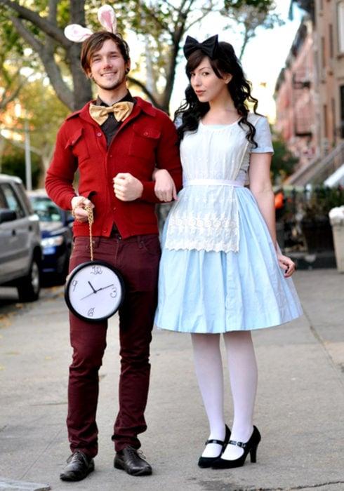 Disfraces de pareja de películas y caricaturas; Alicia en el país de las maravillas, conejo con reloj