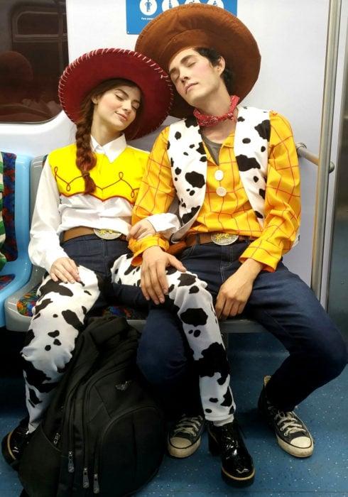 Disfraces de pareja de películas y caricaturas; Toy Story, Woody y Jessie la vaquera