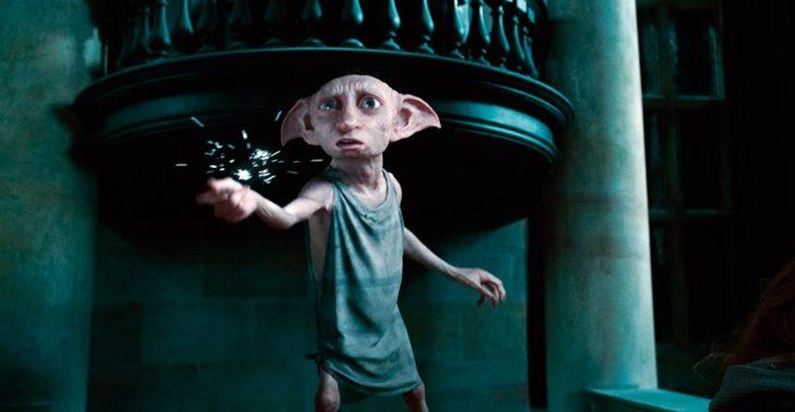 Escena de Dobby chasqueando los dedos en la mansión Malfoy para llevar a sus amigos al refugio