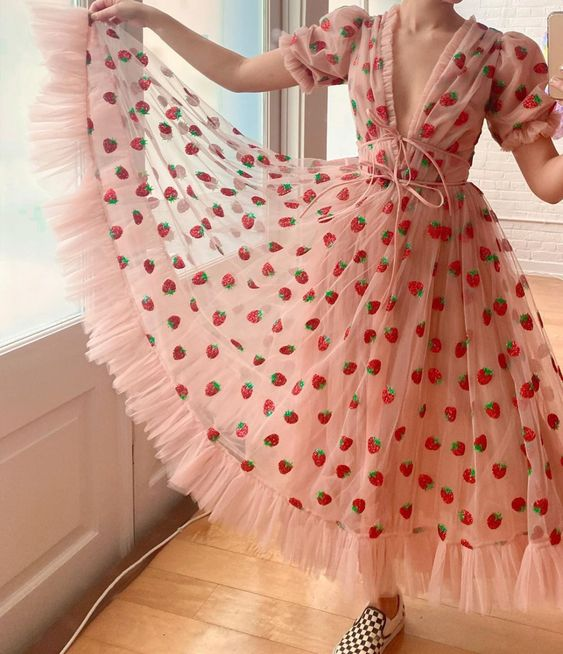 Chica con vestido viral de fresas