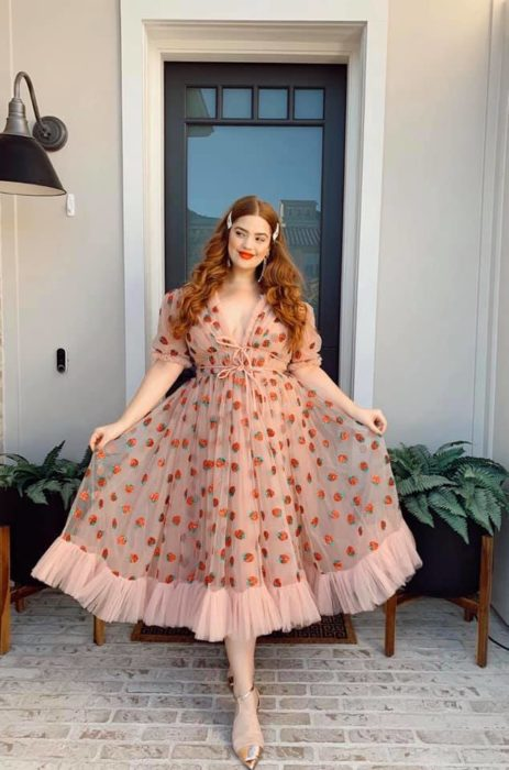 Chica pelirroja de cabello largo con vestido de fresas