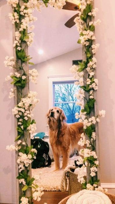 Espejo decorado con flores y hojas artificiales