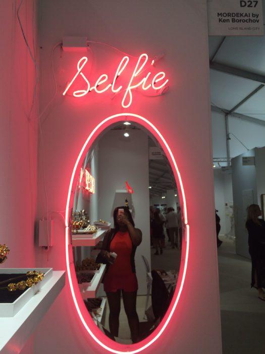 """Espejo con luces led que dice """"selfie"""""""