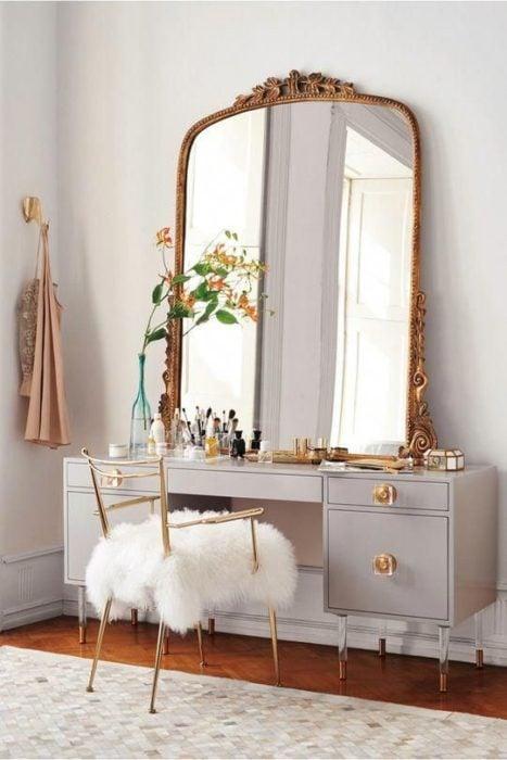 Espejo con marco clásico