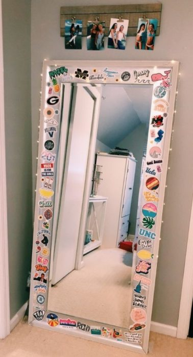 Espejo con stickers sobre todo el marco