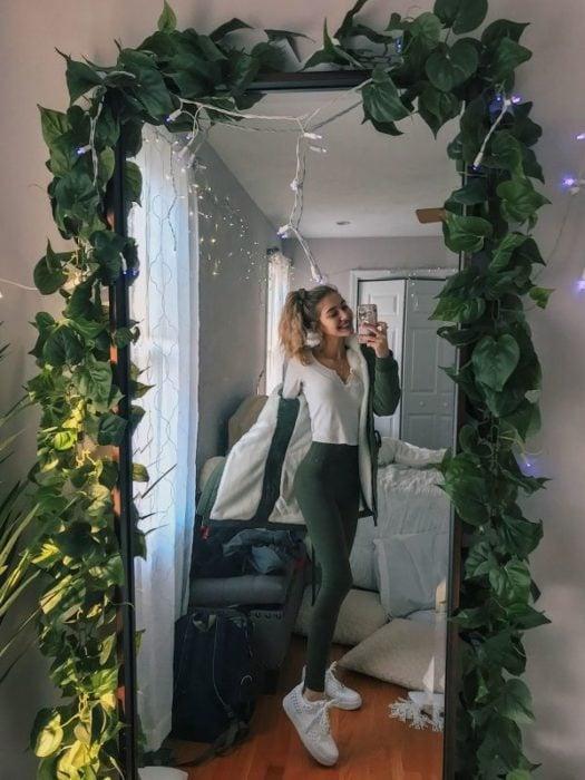 Espejo decorado con hojas simulando una enredadera
