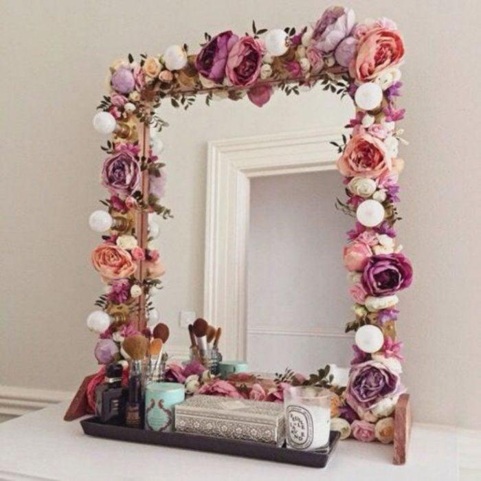 Espejo decorado con rosas artificiales