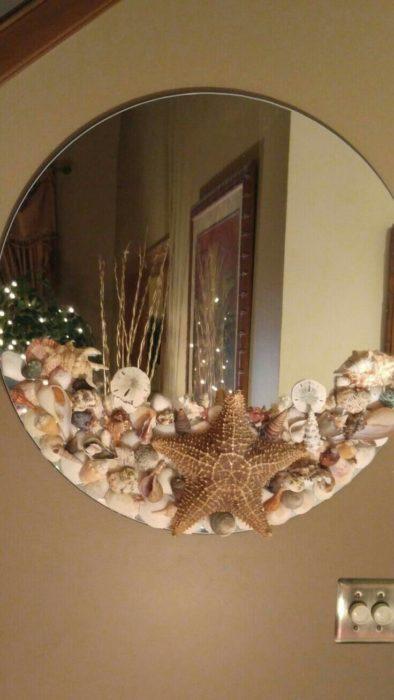 Espejo con decorado de playa en la parte inferior