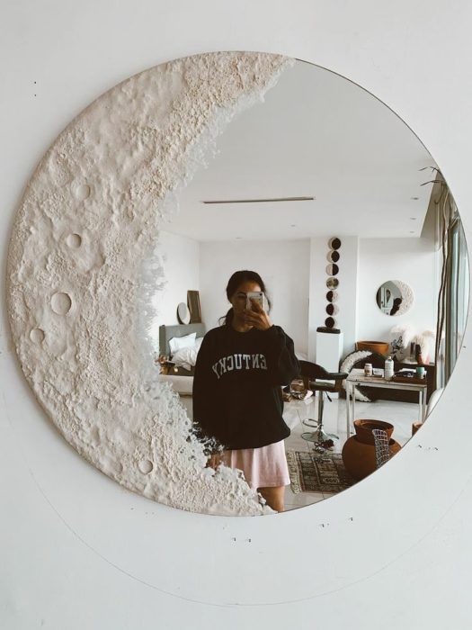 Espejo decorado como si fuera una luna