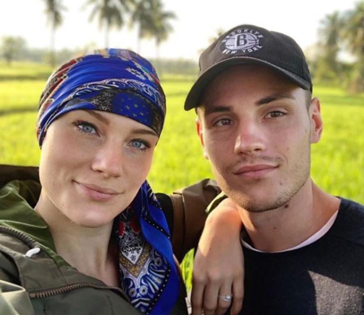 Eva y su novio posando para una selfie