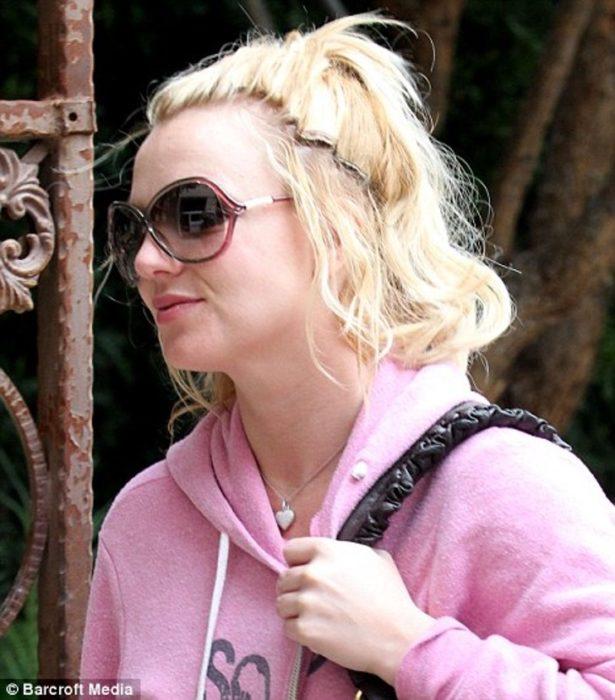 Britney Spears con media coleta y extensiones de cabello evidentes