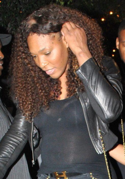 Serena Williams usando peluca