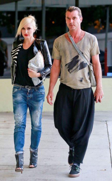 Gavin Rossdale usando pantalones negros
