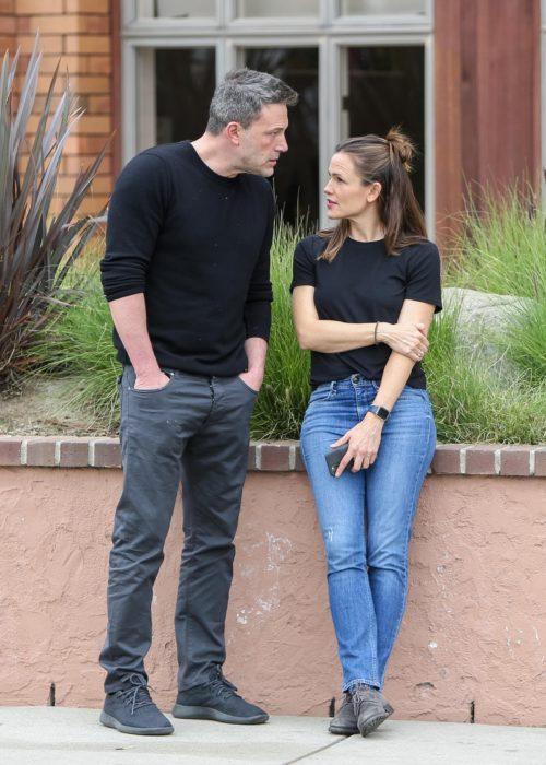 Ben Affleck junto a Jennifer Garner charlando