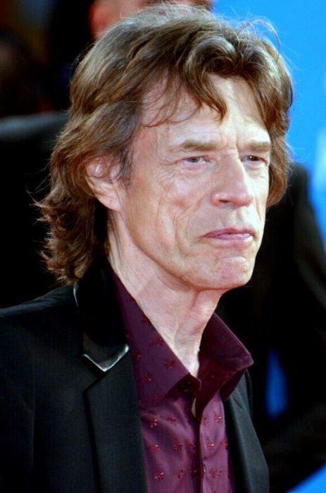 Mick Jagger llevando camisa en color vino