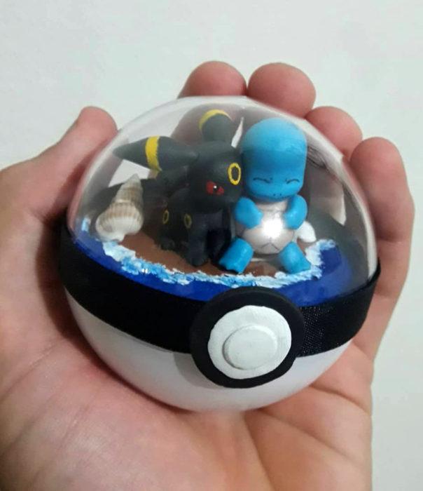 Artista escultor Luki Art crea pequeñas figuras de personajes de caricaturas y películas; Pokémon en pokebola; Umbreon y Squirtle