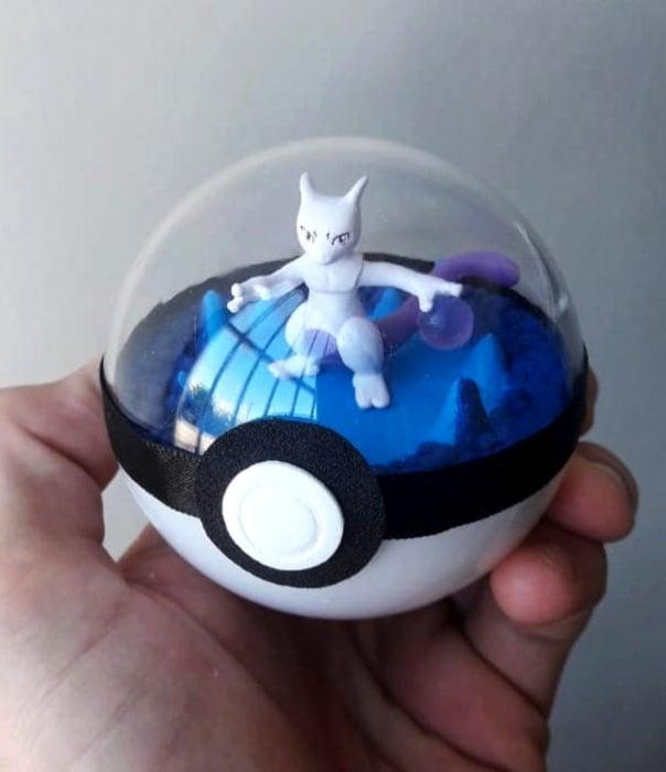 Artista escultor Luki Art crea pequeñas figuras de personajes de caricaturas y películas; Pokémon en pokebola; Mewtwo