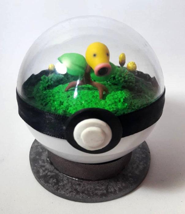 Artista escultor Luki Art crea pequeñas figuras de personajes de caricaturas y películas; Pokémon en pokebola; Bellsprout