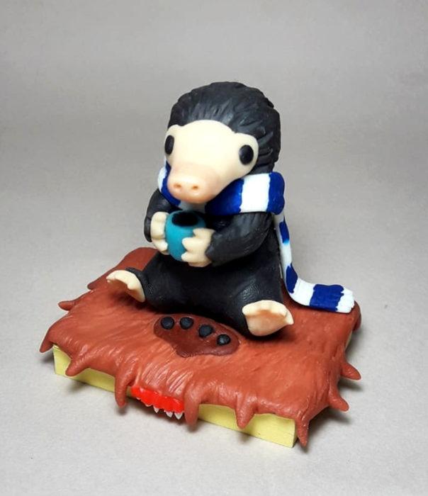 Artista escultor Luki Art crea pequeñas figuras de personajes de caricaturas y películas; Animales Fantásticos, Niffler