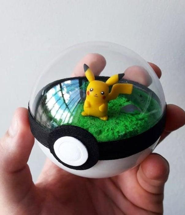 Artista escultor Luki Art crea pequeñas figuras de personajes de caricaturas y películas; Pokémon en pokebola; Pikachu