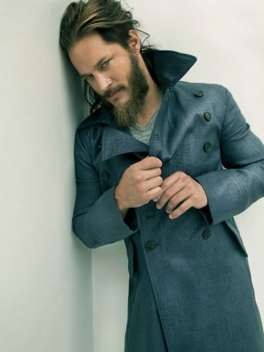 Travis Fimmel como Ragnar Lodbrok modelando con saco gris