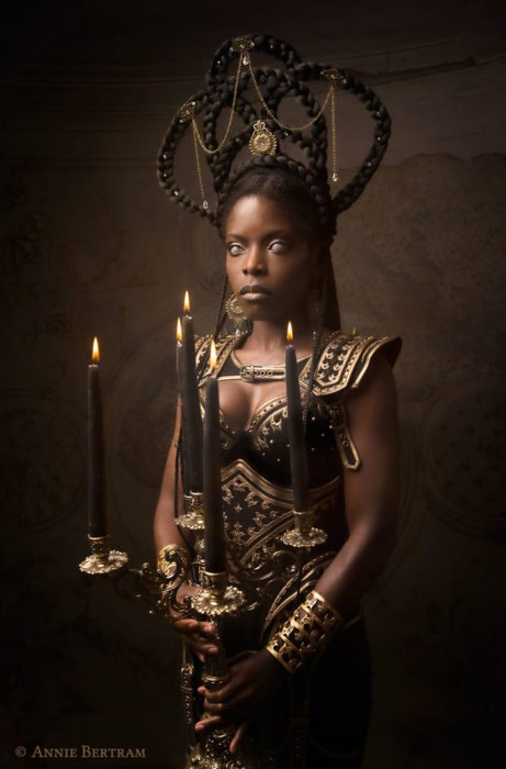 Chica negra con armadura dorada