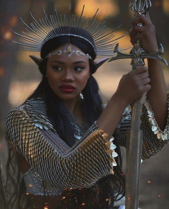 Mujer negra con orejas de elfo y una espada en la mano derecha