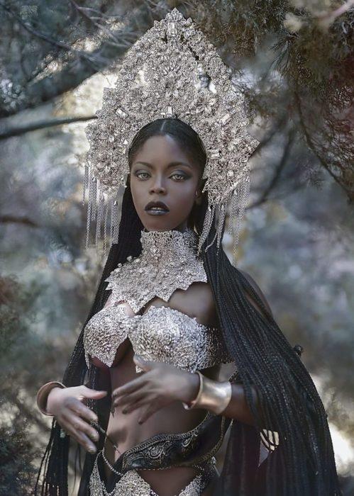 Mujer negra con atuendo plateado estilo princesa