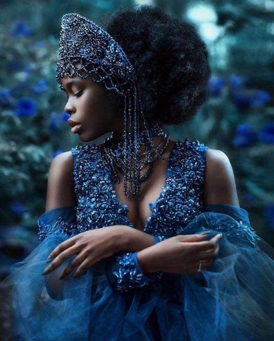 Chica negra con vestido azul rey con flores y tul