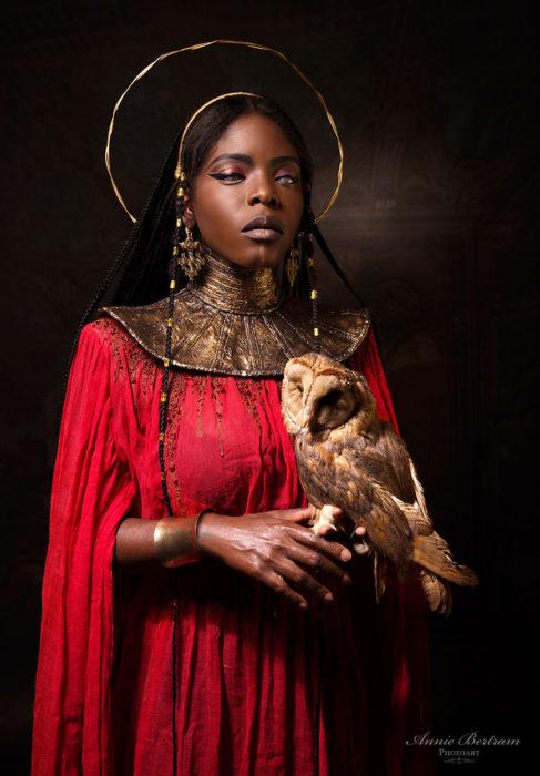 Mujer negra con vestido rojo