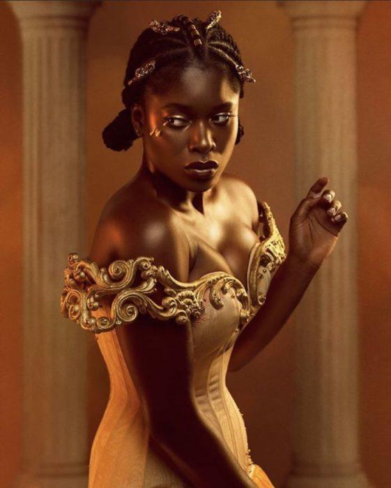 Chica negra con vestido sin hombros con vestido amarillo
