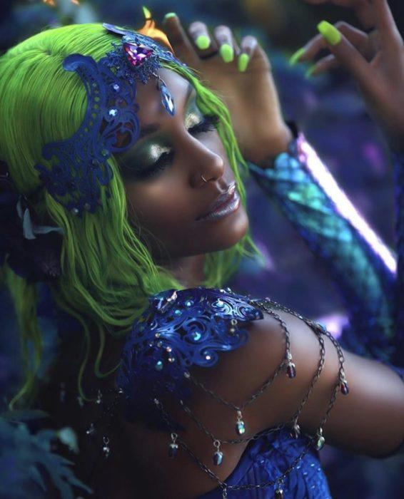 Mujer negra posando con peluca verde y vestuario de sirena