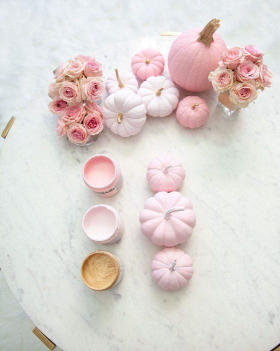 Calabazas decoradas con pintura pastel color rosa