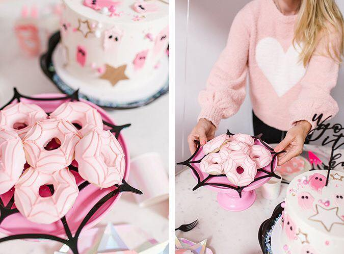Donas rosas con decoración blanca estilo telaraña