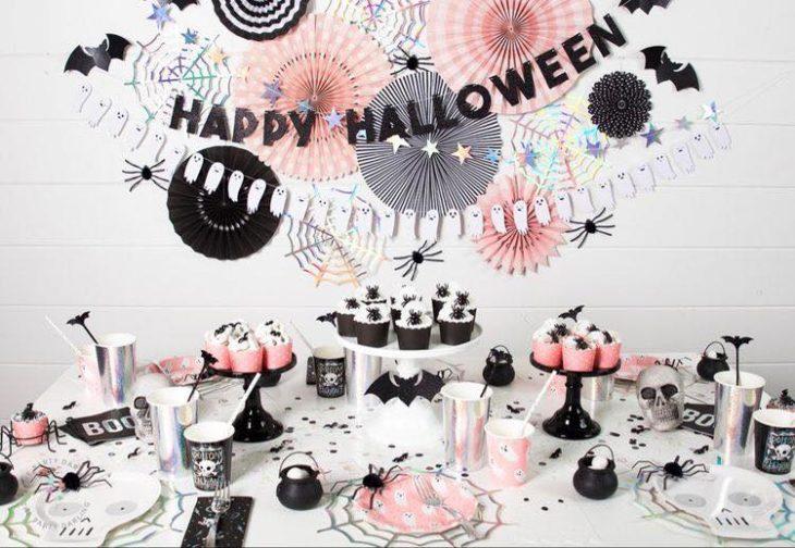 Mesa de dulces para Halloween con detalles negros y colores pastel