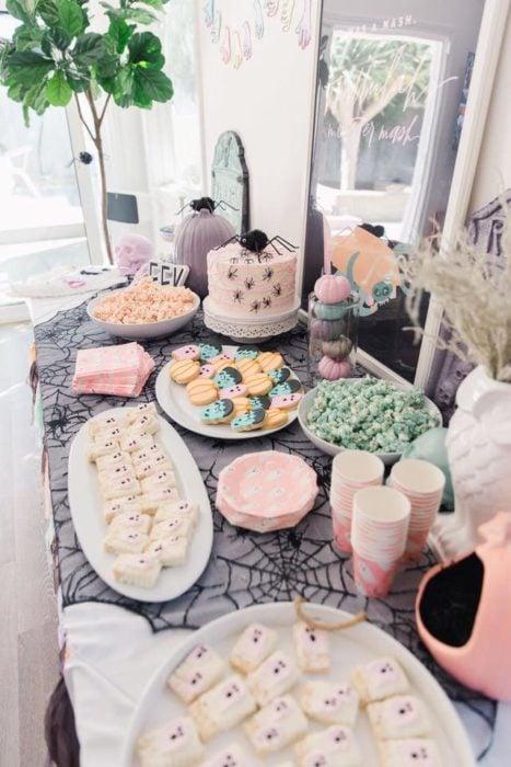 Mesa de dulces para Halloween en tonos pastel