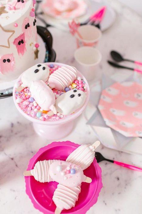 Mesa de dulces y paletas de blancas de fantasmitas para Halloween